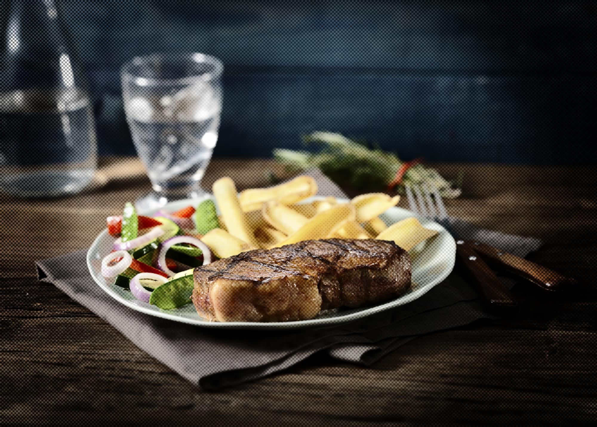 Heerlijke vlees- en visgerechten worden vakkundig bereid op de grill