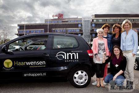 In de AMI salons knippen wij klanten die haar willen doneren aan Stichting Haarwensen gratis. AMI Kappers een auto gedoneerd aan de Stichting om deze verder te ondersteunen.