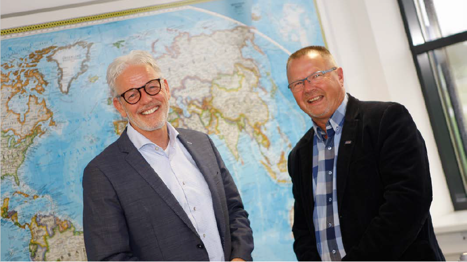 Franchisenemer Jan Berkelmans (r) met directeur van klant Rabelink Logistics