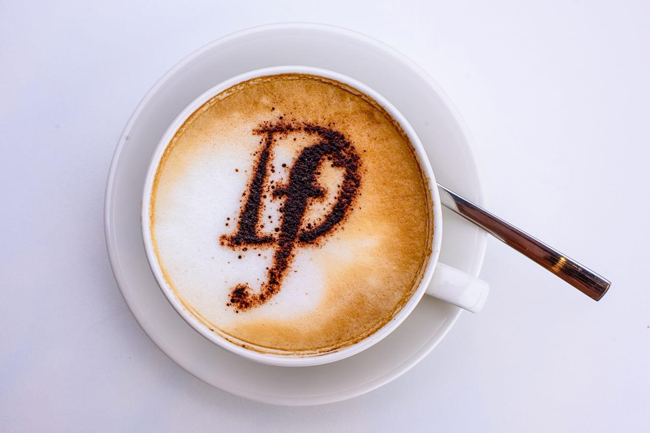 Een goede kop koffie, daar kan je niet zonder! We gebruiken de beste Arabica koffiebonen om voor jou elke dag lekkere verse koffie te zetten. Natuurlijk hebben we ook verschillende koffiespecialiteiten om uit te kiezen!