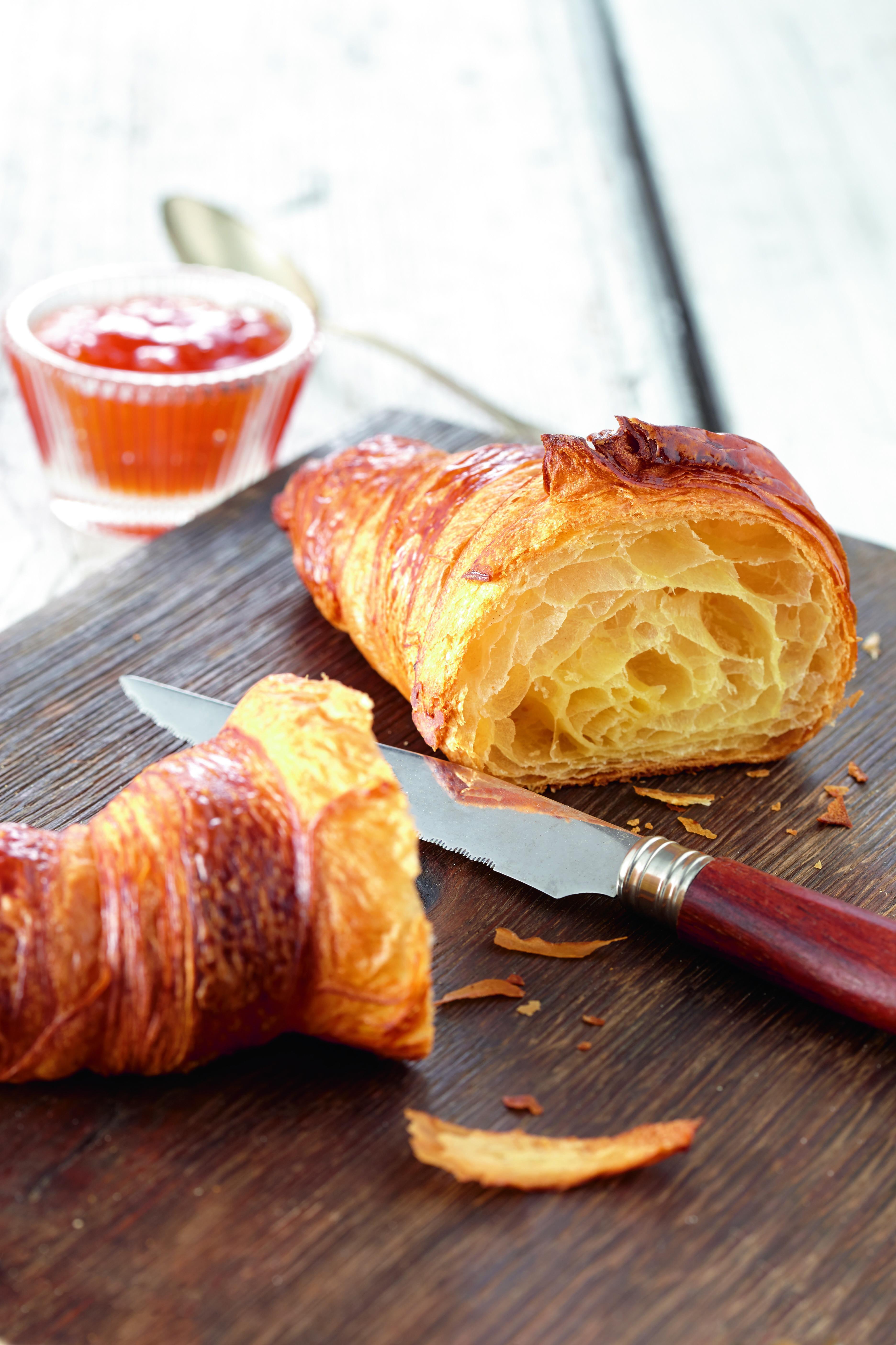 Onze croissants worden bereid volgens authentiek Franse receptuur. We brengen op traditionele wijze lagen aan in het deeg met als resultaat een perfecte en luchtige bladerdeegstructuur. De croissant is bereid met uitsluitend natuurlijke ingrediënten, waar
